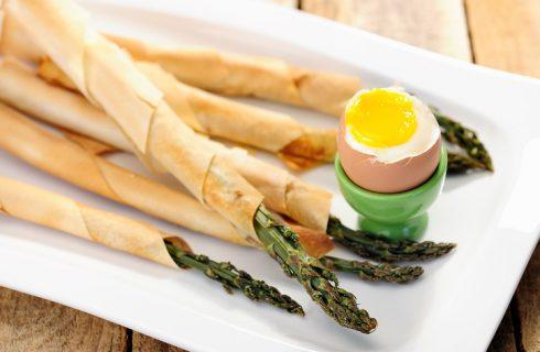 Gli asparagi con prosciutto crudo e pasta sfoglia nella ricetta per l'aperitivo