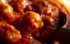 Le polpette vegetariane al sugo di pomodoro per il pranzo in famiglia