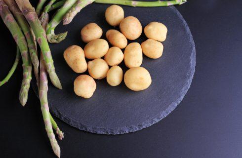La minestra di asparagi e patate per una cena leggera