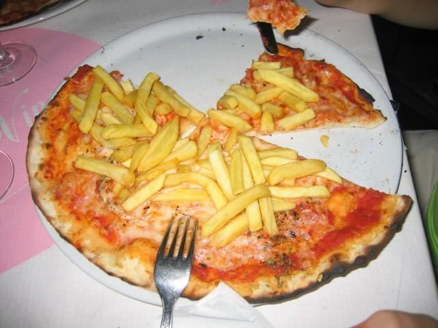pizza con patatine fritte