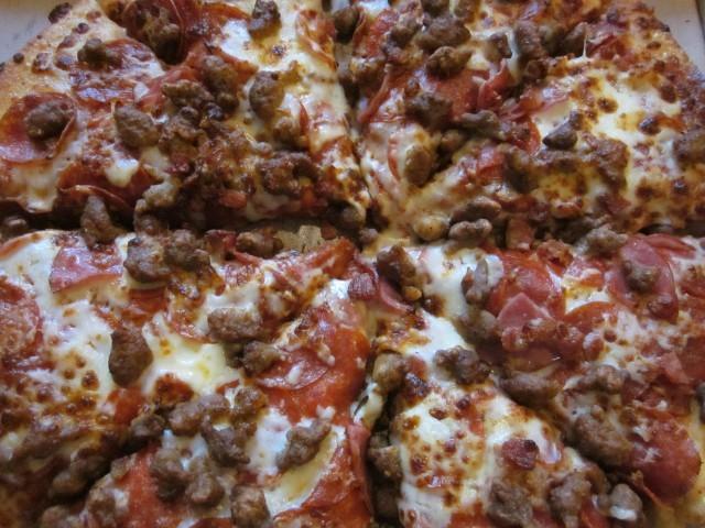 pizza con salumi e salsiccia