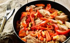 Ecco il pollo con ananas e peperoni con la ricetta facille