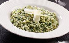 Il riso al forno con spinaci e besciamella per il pranzo in famiglia