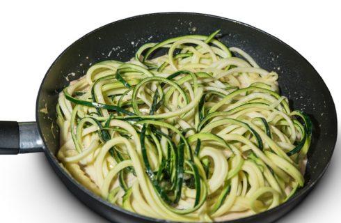 Gli spaghetti di zucchine alla carbonara con la ricetta da provare