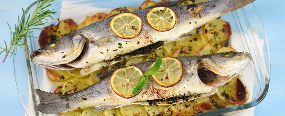 Spigola al forno con patate e limone