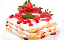 Il tiramisù alle fragole e panna per il dessert di fine pasto
