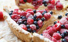 La torta ai frutti di bosco e crema chantilly per il dolce di fine pasto