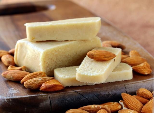 formaggio di mandorle