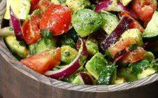 L'insalata con cetrioli e avocado per un contorno appagante