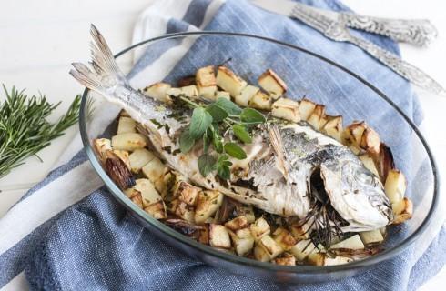 Orata, patate e scalogni al forno
