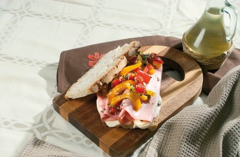 Panino con mortadella di Modena, peperone di Carmagnola, fiordilatte e pistacchi, un panino al sapore intenso