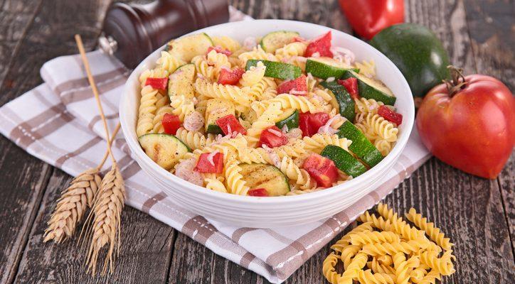 La pasta con zucchine tonno e pomodorini perfetta per tutta la famiglia