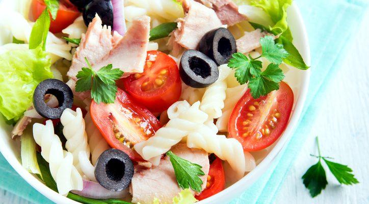 La pasta fredda con tonno e olive nere con la ricetta estiva