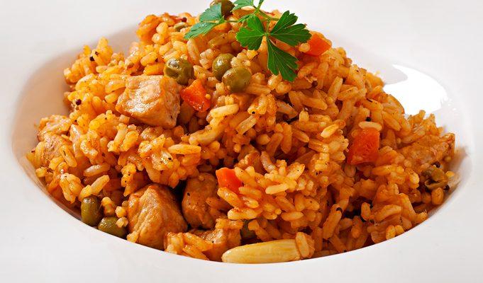 Il riso al curry con pollo e piselli per un appagante piatto unico