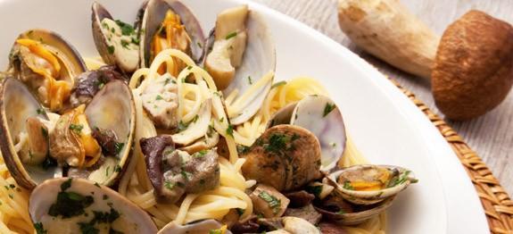 spaghetti-alle-vongole-e-funghi-porcini