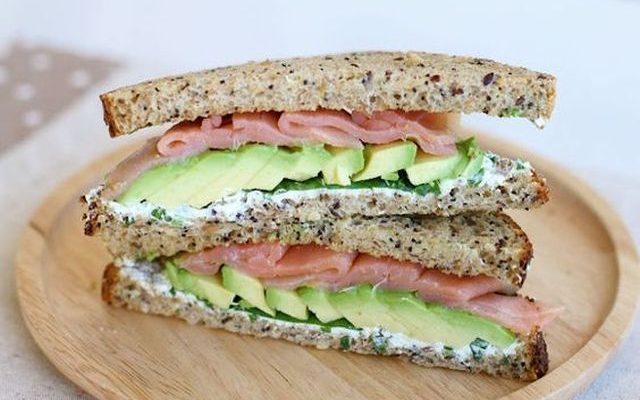 I toast con avocado e salmone per uno spuntino sfizioso
