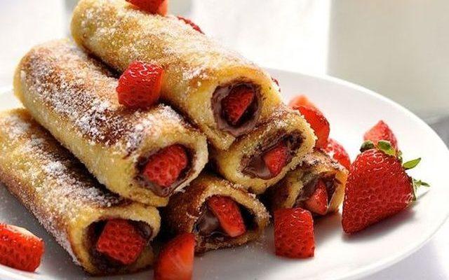 I toast roll con fragole e nutella per una ricca colazione