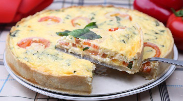 La torta salata con pomodorini, mozzarella e olive: ecco la ricetta