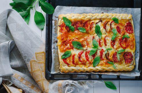 Il tortino di pomodori e mozzarella con la ricetta estiva