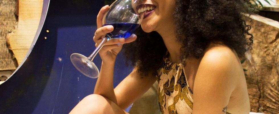 Basta rosso e bianco, adesso il vino è blu