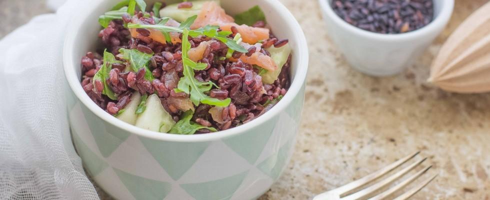 Insalata di riso venere e salmone affumicato