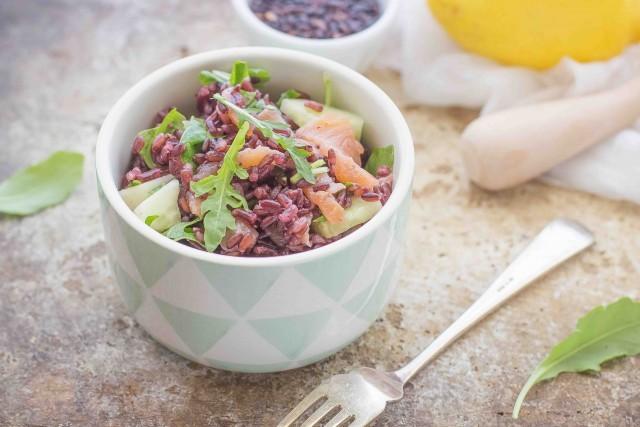 Still life 4 insalata di riso venere con salmone affumicato