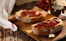 Le bruschette con pomodorini secchi per l'antipasto estivo