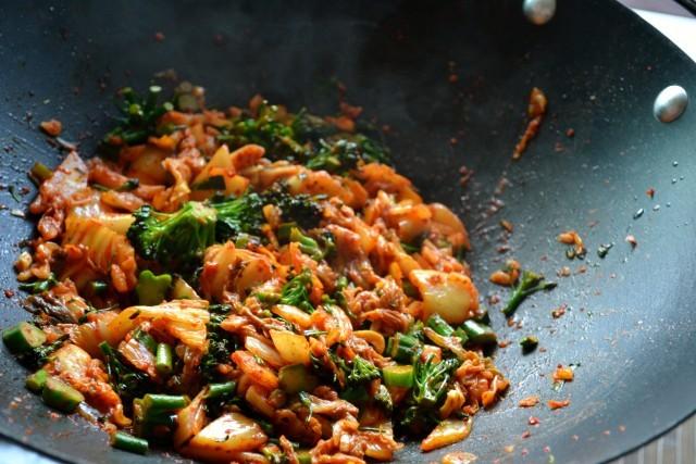 kimchi e verdure saltate-min
