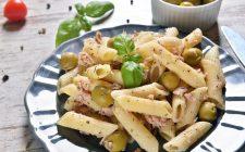 La pasta con olive e tonno senza pomodoro facile da preparare