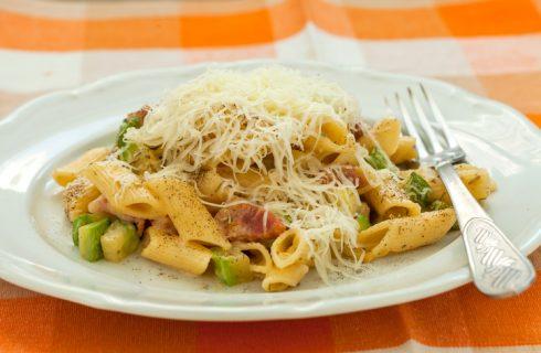 La pasta con zucchine e pancetta affumicata con la ricetta gustosa