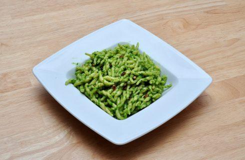 La pasta fredda al pesto e zucchine pronta in pochi minuti