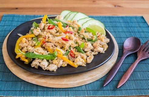 Riso thai fritto con pollo e uovo