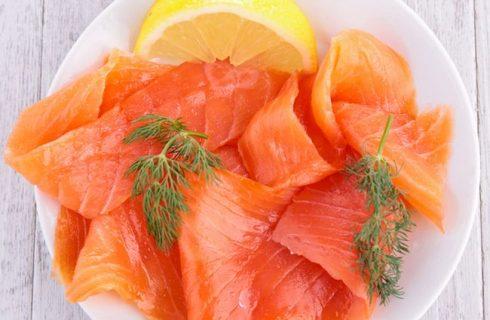 Il riso freddo con salmone e limone con la ricetta estiva