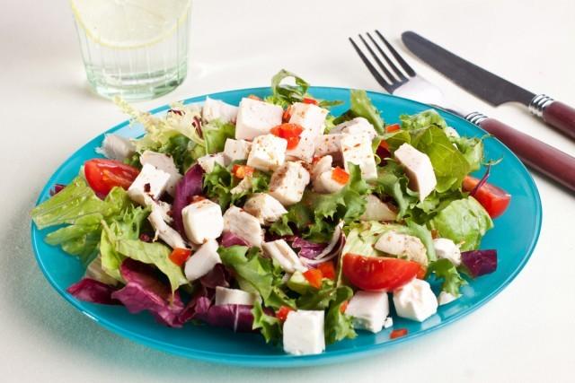 salata sa piletinom i povrcem
