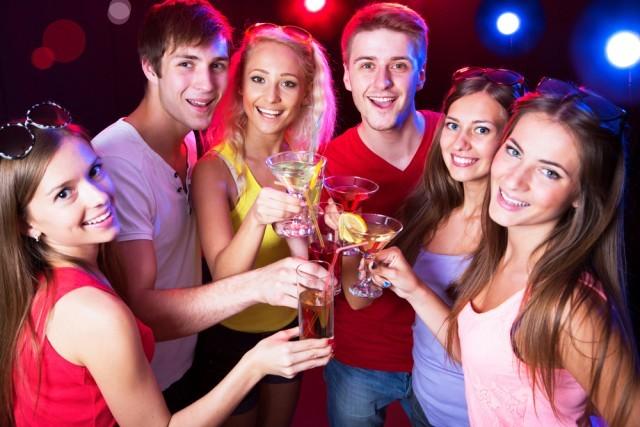 persone che bevono