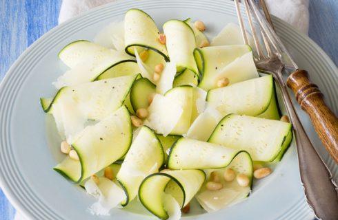 Le zucchine crude marinate al limone perfette per l'antipasto