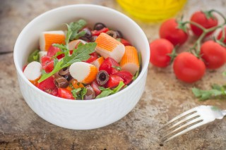 Insalata di surimi, olive e pomodori