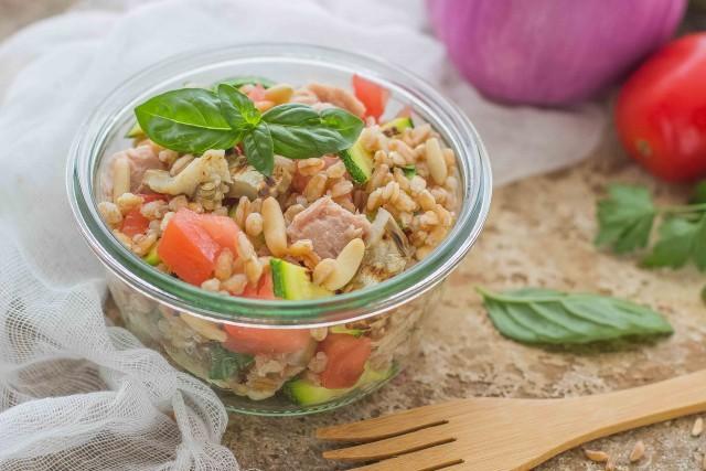 Still life insalata di farro, tonno e verdure