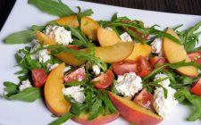 L'insalata con pesche e feta con la ricetta sfiziosa