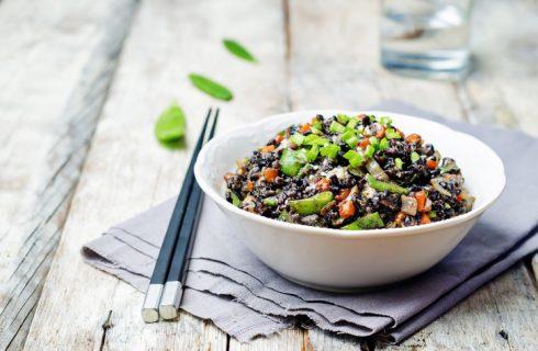 L'insalata di riso venere con verdure con la ricetta facile