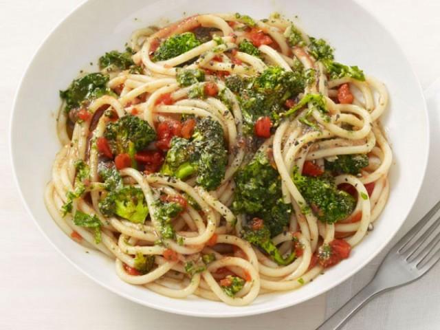 pasta con broccoli e pomodori