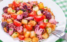Il polpo con patate e olive da portare in tavola con la ricetta facile