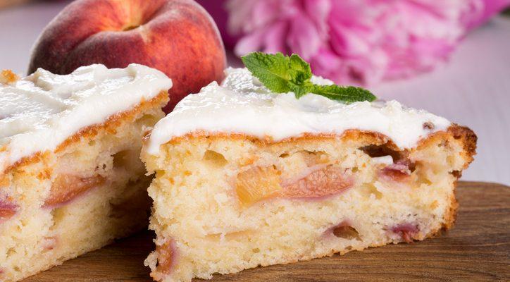 La torta alle pesche yogurt e mandorle da gustare a colazione
