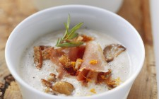 Zuppa di castagne (Chestnut soup with croutons and bacon)