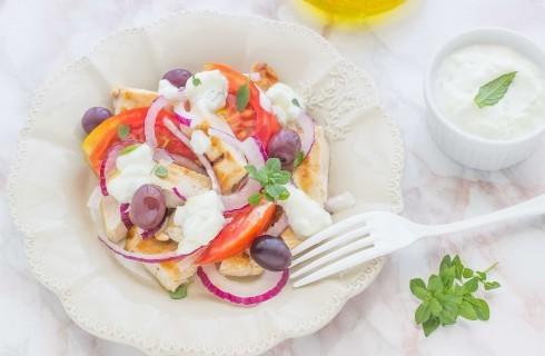 Insalata di pollo alla greca con tzatziki