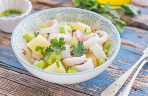 Insalata di calamari con patate e sedano, fresca