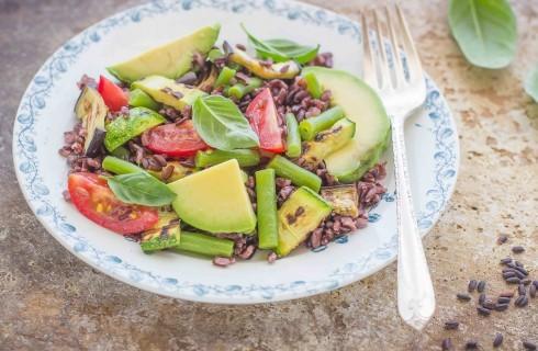 Insalata di riso venere, verdure e avocado