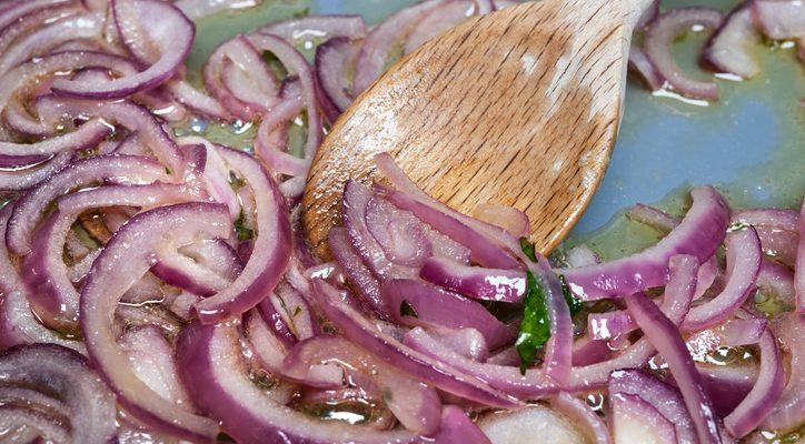 Le cipolle caramellate in agrodolce per accompagnare i secondi di carne