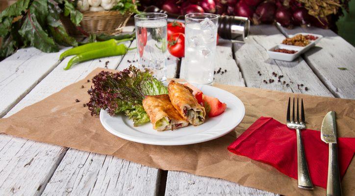 I fagottini di pasta fillo con verdure e mozzarella con la ricetta sfiziosa
