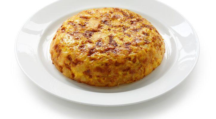 La frittata di patate e wurstel al forno perfetta per la cena